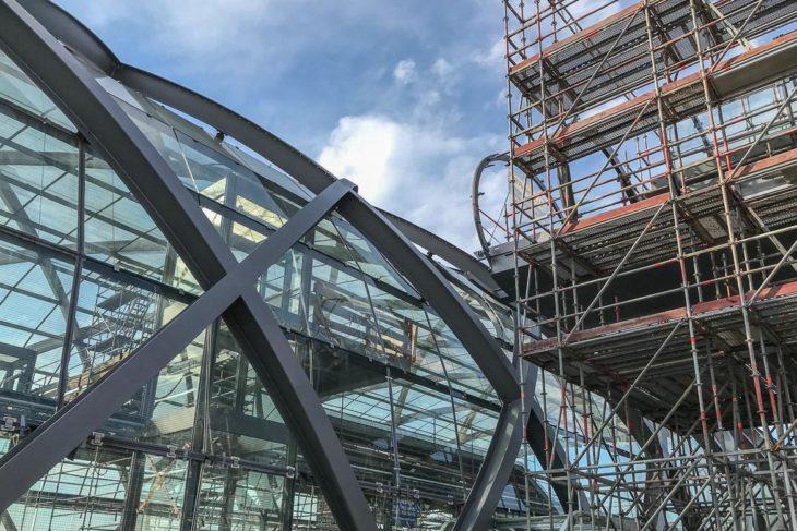 Der gläserne Skywalk muss nun an das Dach des U-Bahnhofs Elbbrücken angeschlossen werden