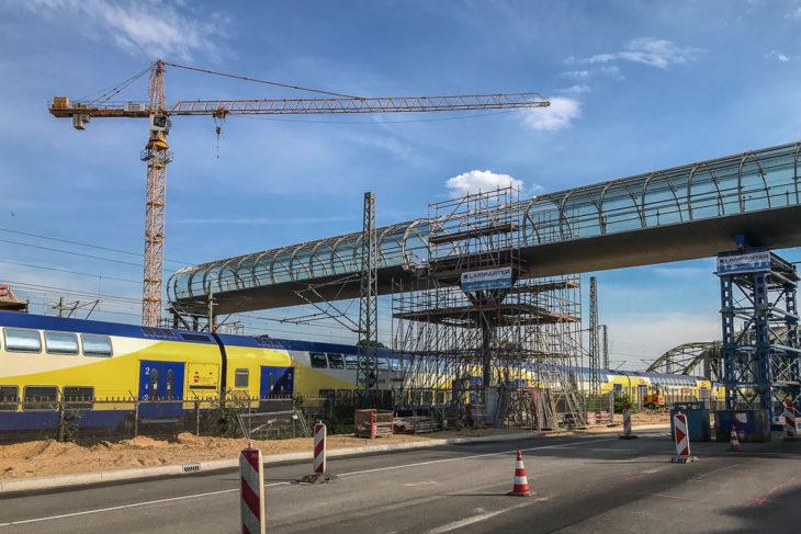 Im Moment endet der Skywalk über dem künftigen S-Bahnhof im Nichts