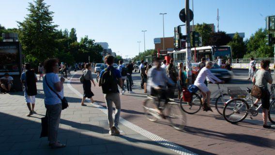 Zwischen dem U-Bahnhof Hoheluftbrücke und der davor gelegenen Bushaltestelle kommt es immer wieder zu Konflikten zwischen Fuß- und Radverkehr.