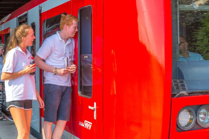Sympathisch: Die Hamburger S-Bahn hat gestern ihre Fahrer am Hauptbahnhof mit Eis und gekühlten Getränken überrascht.