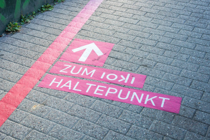 Leitstreifen weisen den Weg von der S-Bahn zum ioki-Haltepunkt
