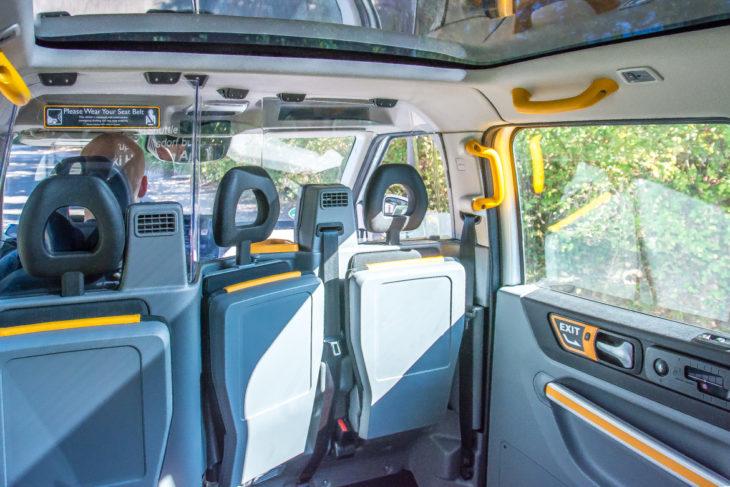Der Innenraum im ioki-Shuttle ist geräumig und modern. Der Fahrer ist durch eine Glasscheibe vom fahrgastraum getrennt