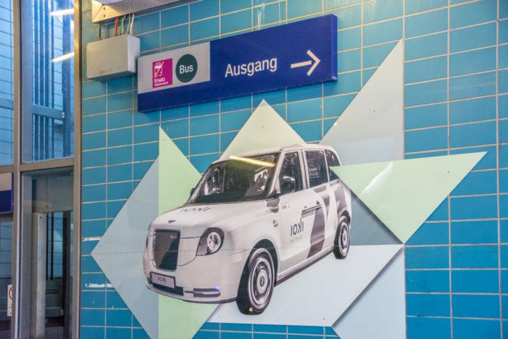 Im S-Bahnhof Elbgaustraße wird großzügig Werbung für den neuen PKW-Shuttleservice von ioki gemacht