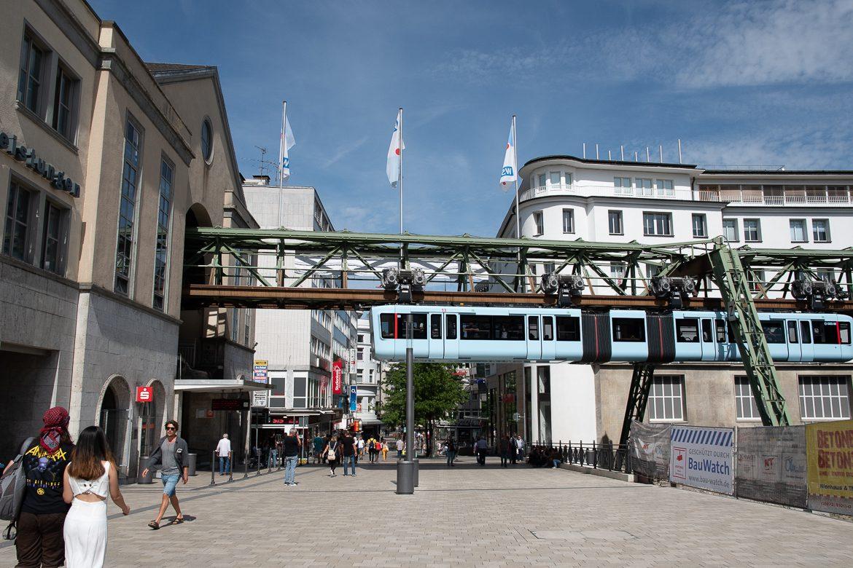 Ähnlich wie in Wuppertal gab es auch in Hamburg bei der Diskussion um die Schwebebahn Befürchtungen, dass die mächtigen Stahlgerüste die Häuser und Straßen verschatten könnten.