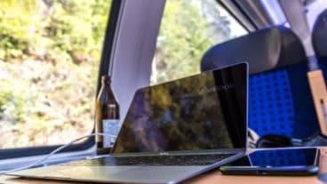 Vorteile des Bahnfahrens: Während der Fahrt arbeiten und dabei ein kaltes Bierchen genießen