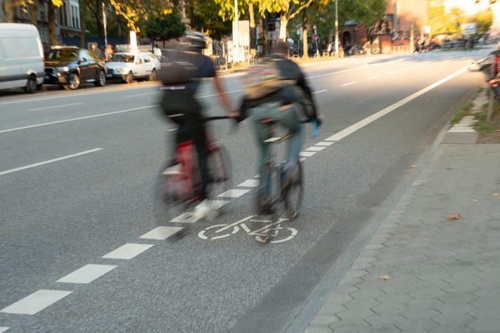 Bewegungsunschärfe, Fahrrad, Fahrradverkehr, Fahrradweg, Feldstraße, Hamburg, Piktogramm Fahrrad, Rad, Radfahrer, Radfahrstreifen, Radspur, Radverkehr, Radweg, Umweltverbund