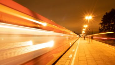 Außenaufnahme, Bahn, Bahnsteig, Baureihe 490, Bewegung, Bewegungsunschärfe, DB, Deutsche Bahn, Deutschland, Diebsteich, DigitalisierungPendler, Dynamik, Elektrofahrzeug, Elektromobilität, Elektrozug, Geschwindigkeit, HVV, Hamburg, Im Freien, Langzeitbelichtung, Nacht, Nachtfotografie, Nahverkehr, S-Bahn, S-Bahnhof, Schienenverkehr, Stadt, Technologie, Umweltverbund, Zug, Zukunft, modern, positiv, urban, ÖPNV, Öffentlicher Nahverkehr