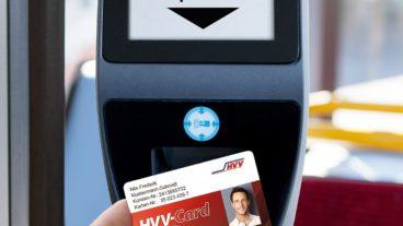 Die HVV-Card an einem Prüfgerät in einem Bus