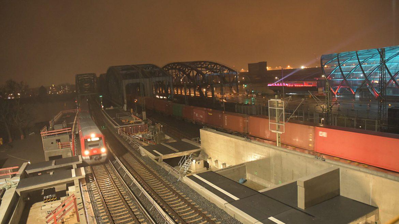 Der direkt neben dem neuen U-Bahnhof im Bau befindliche S-Bahnhof Elbbrücken soll erst Ende 2019 fertig werden. Bislang sind nur Teile des künftigen Bahnsteigs erkennbar