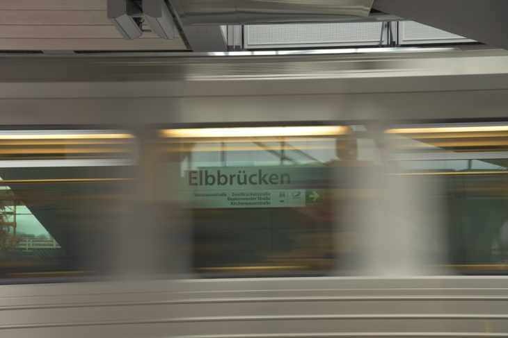 Baackenhafen, Bahnhof, Bewegungsunschärfe, DT5, Elbbrücken, HVV, Hafen, Hafencity, Hamburg, Hochbahn, Schild, Stationsschild, U-Bahn, U4, Winter