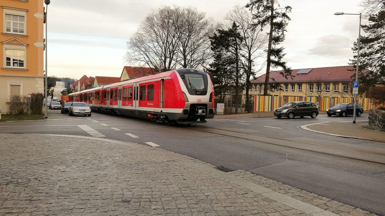 """Seltener Anblick: Ein fabrikneuer Hamburger S-Bahn-Zug rollt als """"Straßenbahn"""" aus dem Bombardier-Werk in Bautzen"""