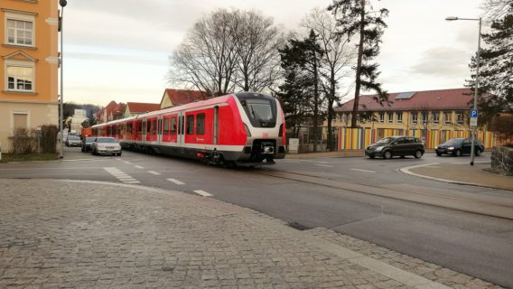 Seltener Anblick: Ein fabrikneuer Hamburger S-Bahn-Zug rollt als