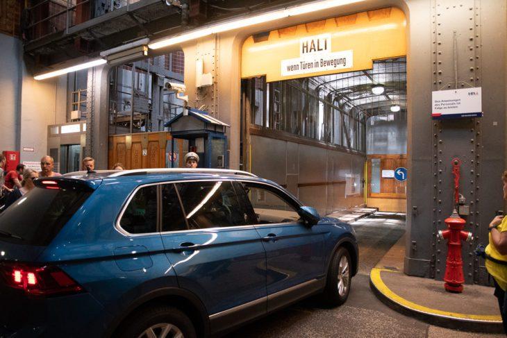 Eines der letzten Autos fährt in einen der historischen Lastenaufzüge im alten Elbtunnel in Hamburg