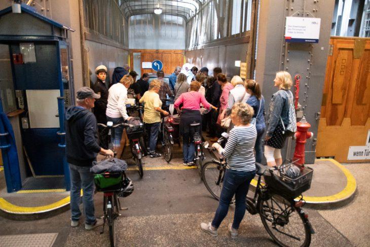 Inzwischen gibt es im alten Elbtunnel in Hamburg deutlich mehr Fußgänger und Radfahrer als Autos