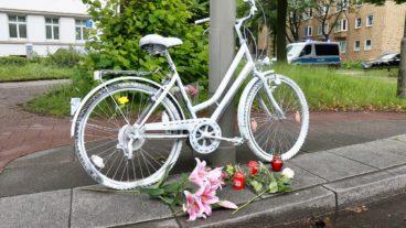 Ein so genanntes Ghost-Bike soll an den getöteten Radfahrer am Ostufer der Alster erinnern