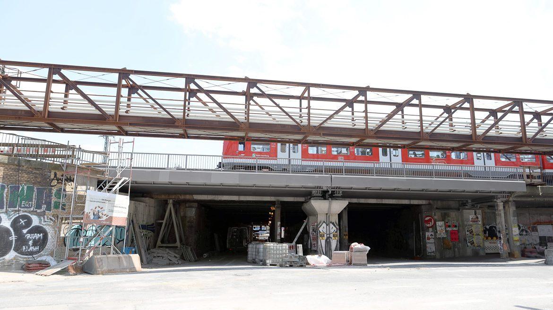 Die Julius-Leber-Straße ist unterhalb der Bahnbrücken - dieser Bereich wird Lessingtunnel genannt - komplett gesperrt. Erst im März 2020 wird der Bereich wieder komplett geöffnet sein.