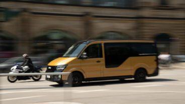 Ein Shuttlebus des Ridesharing-Dienstes Moia am Hamburger Dammtorbahnhof