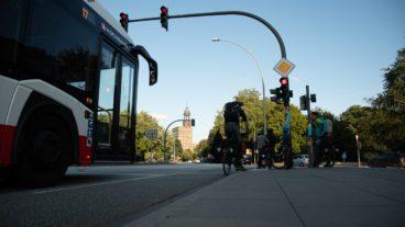 HVV-Bus und Radfahrer an einer roten Ampel in Hamburg