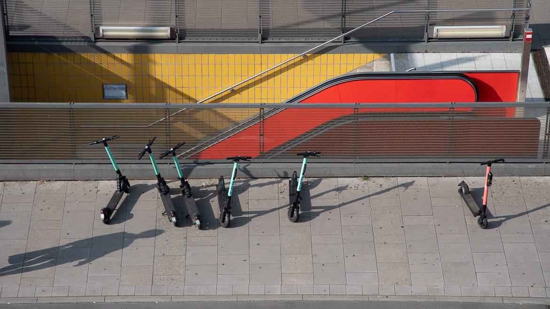Abgestellte E-Scooter an einem U-Bahnhof in Hamburg.