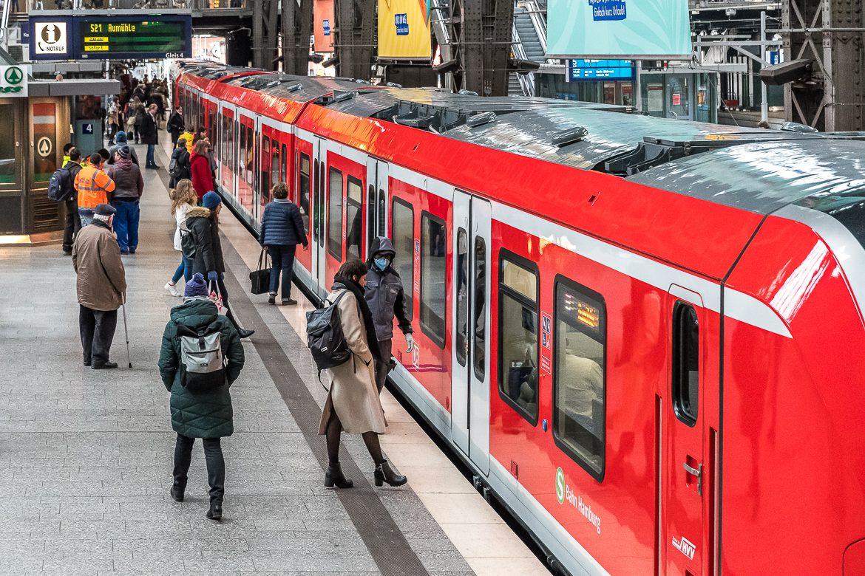 Kaum Menschen auf den Bahnsteigen des Hamburger Hauptbahnhofs in Corona-Zeiten