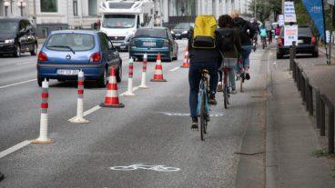 Schon kurz nach Eröffnung wurde der neue Popup-Radweg An der Alster gestern Mittag rege genutzt.