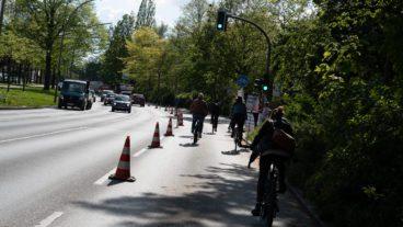Ein so genannter Popup-Radweg an der Hamburger Alster - organisiert vom Radfahrerverband ADFC.