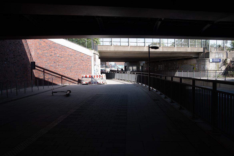 Mitten unter dem U- und S-Bahnhof Elbbrüücken an der Zweibrückenstraße enden die Radwege unvermittelt. Dahinter müssen sich Rad- und Fußverkehr den schmalen Weg teilen.