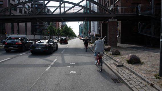 Bis vor wenigen Wochen gab es am Sandtorkai auf der Nordseite gar keinen Radweg. Radfahrer:innen mussten hier im Mischverkehr auf der vierspurigen Piste fahren.