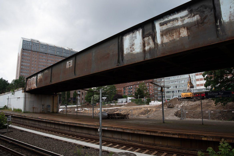Das ist die alte S-Bahn-Brücke die bis Ende 2022 ersetzt werden soll. Im Hintergrund wurde im Juli 2020 bereits der Bauplatz zur Vormontage der neuen Brücke vorbereitet.