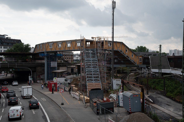 Über diese provisorische Fußgängerbrücke müssen HVV-Fahrgäste in den nächsten drei Jahren marschieren, wenn sie vom Bus zur S-Bahn umsteigen wollen. Der Höhenunterschied ist gewaltig. Aufzüge gibt es nicht.