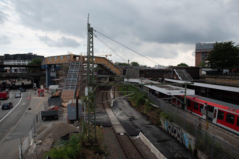 Gut zu erkennen: Die derzeit nur eingleisige Ferhnbahnstrecke nach Lübeck. Das zweite Gleis war im Juli vergangenen Jahres abgebaut und in eine temporäre Baustraße verwandelt. Ab Anfang Februar sollen hier wieder beide Gleise zur Verfügung stehen - allerdings erst einmal nur bis Anfang 2023.