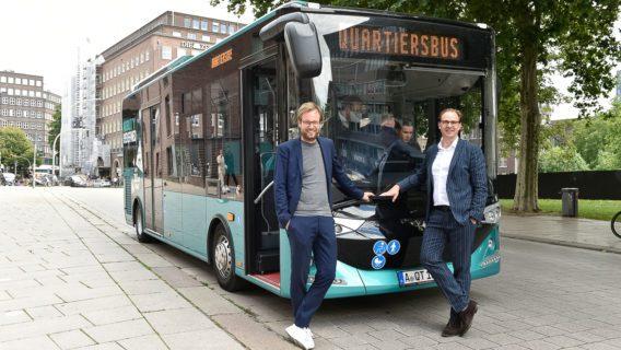 Hamburgs Verkehrssenator Anjes Tjarks (li) und Hochbahn-Chef Henrik Falk haben im Sommer 2020 ein erstes Testmodell für geplante Quartierslinien präsentiert.