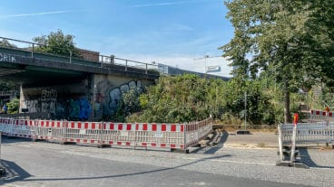 Die seit Montag gesperrte Bahnrenfelder Straße: In diesem Brückenfundament soll der Haupteingang zum S-Bahnhof Ottensen entstehen.