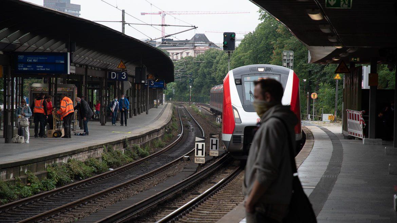Ein Fahrgast mit Mund-Nasen-Schutz am S-Bahnhof Dammtor