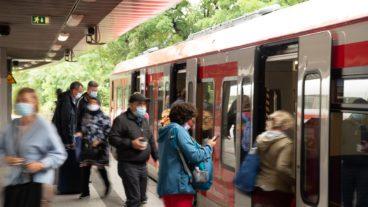 Menschen steigen in der Corona-Krise in eine S-Bahn in Hamburg