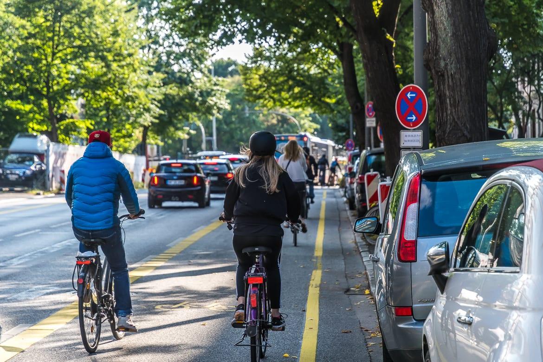 Rush-hour: Am Montagnachmittag gegen 17:20 Uhr nutzen zahlreiche Radlerinnen und Radler die neue Bikelane.