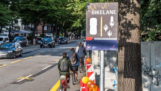 Für die neue Popup-Bikelane hat die Verkehrsbehörde extra ein Schild aufstellen lassen. Der extrabreite Radweg ist allerdings streckenweise ganz schön schmal - wie hier am Schlump.