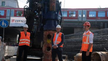 Ortsbesuch: Hamburgs Verkehrssenator Anjes Tjarks (mitte), Bahn-Konzernbevollmächtigte Manuela Herbort (links) und Projektleiter Gordon Guevara besichtigen die Baustelle des neuen S-Bahnhofs Ottensen.