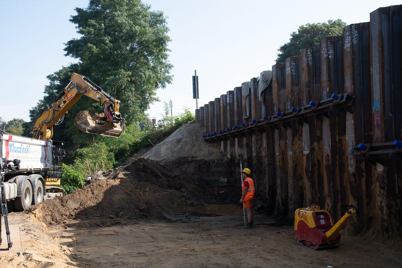 In den vergangenen Wochen wurden am Bahndamm Spundwände in den Boden gerammt. Sie sind nötig, damit der Bahndamm und die Brücke über die Bahrenfelder Straße verbreitert werden können.