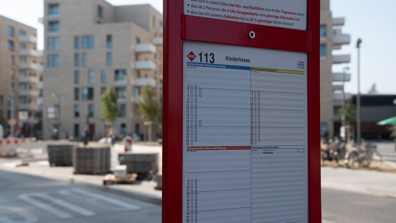 """Die bisher einzige Zwischenhaltestelle der Buslinie 113 am """"Platz der Arbeiterinnen"""" in der Neuen Mitte Altona"""