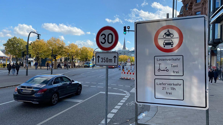 Trotz Warnschilder fährt ein Autofahrer am 22. Oktober 2020 in die autofreie Zone am Jungfernstieg ein und wird wenige Meter später von der Polizei gestoppt.
