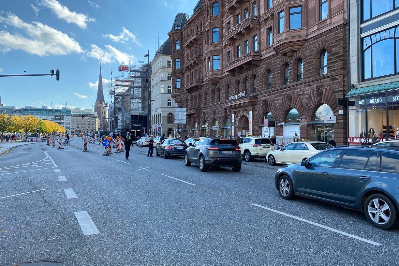"""Die Polizei hatte auch eine Woche nach Einführung der autofreien Zone am 22.10.2020 viel zu tun und musste reihenweise """"Falschfahrer"""" stoppen."""
