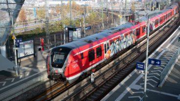Ein Zug der neuen S-Bahn-Baureihe 490 mit Graffiti beschmiert am Bahnhof Elbbrücken.