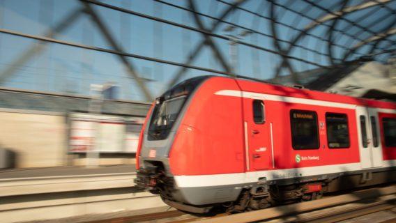 Ein S-Bahn-Zug der Baureihe 490 am Bahnhof Elbbrücken in Hamburg