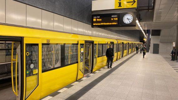 Ein U-Bahn-Zug der BVG am Berliner Hauptbahnhof