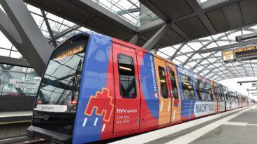 Eine vollständig beklebte U-Bahn wirbt für Switch im HVV.
