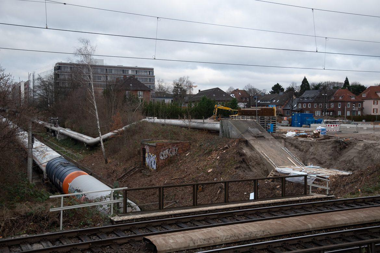Hier sind die Bauvorbereitungen für die provisorische Straßenbrücke über die Güterumgehungsbahn in die Kleingartenanlage im Gleisdreieck gut sichtbar.