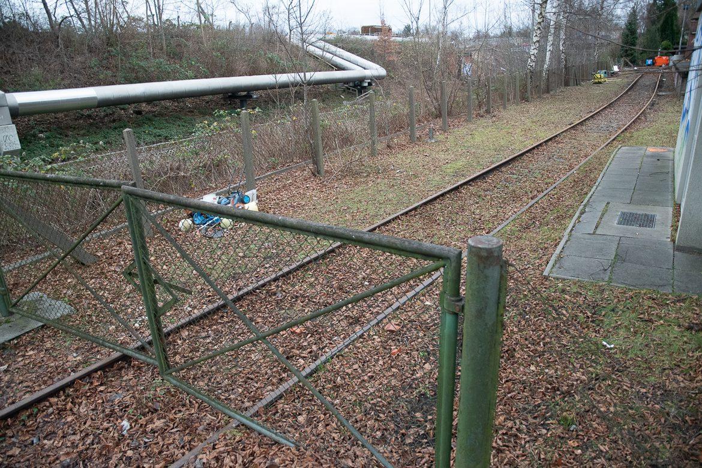 Das alte Gleichrichterwerk verfügt über einen Gleisanschluss, der von der Güterumgehungsbahn abzweigt. Die Güterumgehungsbahn verläuft parallel zu den großen Rohren in einem Graben.