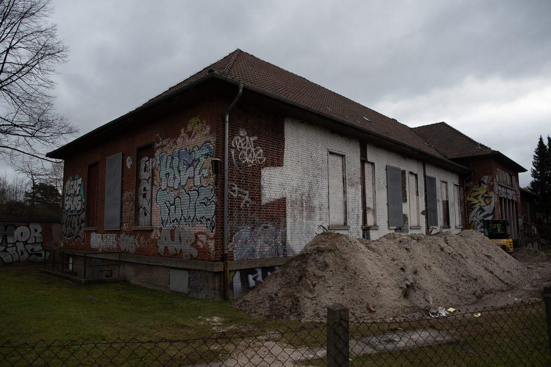 Das alte Gleichrichterwerk der S-Bahn im Gleisdreieck Hasselbrook. Noch ist laut DB nicht entschieden, ob das historische Gebäude im Rahmen des S4-Baus abgerissen wird.