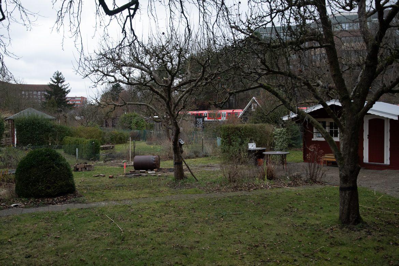 Die verlassene Kleingartenanlage im Gleisdreieck Hasselbrook. Ende November 2020 zogen hier die letzten Mieter aus. In Zukunft werden genau hier die Gleise der S4 verlaufen, die hier aus dem bestehenden S-Bahn-Netz (im Bildhintergrund zu sehen) ausfädeln.